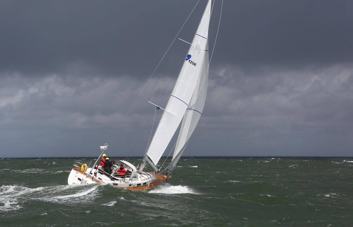Vergleich Motorboot Segelboot Elling E4 vs. C-Yacht 12.50i 2015 IJmuiden Ngu8C8A9964